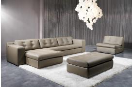 Molini er en behagelig lædersofa fra Kelvin Giormani, der her ses i en stue.