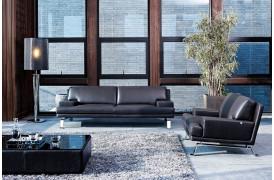 Kelvin Giormani stuemiljø med lædersofa og sofastol.