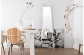 Her ses et billede af Leaning spejlet i hvid fra Zuiver.