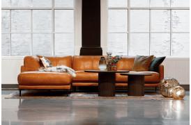 En klassisk og eksklusiv cognacfarvet lædersofa med lang open-end på 215 cm.