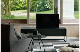 Ethnicraft tv-bordet Monolit Black Eg ses her i modellen Sort egetræ / sort stel.