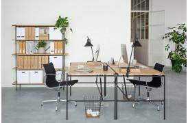 Her ses Oscar Eg skrivebordet i et flot kontormiljø.