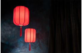 Her ses et billede af Suoni loftslamper / pendler i rød fra Dutchbone.