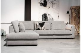 Omgiv dig i den mondæne og store Popoline sofa i Grå fra BoShop Collection.