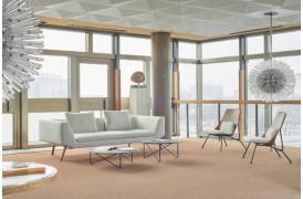 Combine stofsofaen står her smukt placeret i et rum med andre Prostoria møbler.
