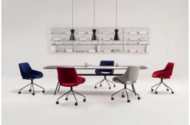 Kombinationen af stof og metal ben, giver kontorstolen et eksklusivt præg.