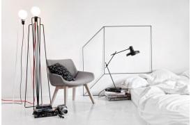 Monk lænestolen fra Prostoria ses her flot stående i et soveværelse.