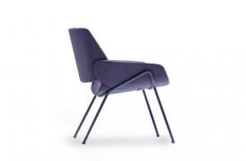 Monk metal lænestolen er lavere i sit design end spisebordsstolen, der ligner.
