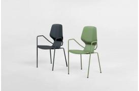 Oblikant spisebordsstolen har det velkendte skrå design i sin designmæssige konstruktion.