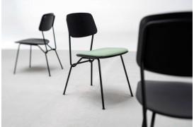 Strain spisebordsstolen har det velkendte snoede stel i sin designmæssige konstruktion.