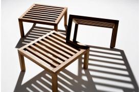 Umomoku er en beskeden og simpel designet møbelkollektion med komfortable udemøbler.