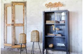 Her ses et billede af Pure vitrineskabet fra vores BoShop Collection.