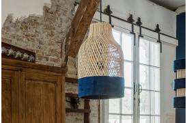 Her ses et billede af Sauve bottle lampe i blå fra vores Unika Collection.