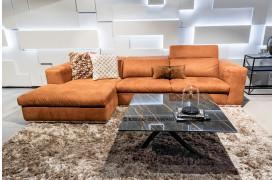 Her ses Riva l 0130 sofaen med opslået nakkestøtte.