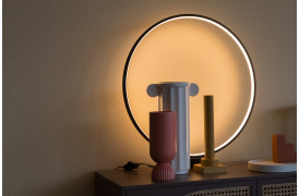 Dekorativ og stilfuld rund bordlampe fra HKliving.