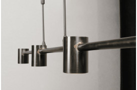 Giv dit et hjem et rustikt præg med Bones Dappled Oil loftslampen og pendelen.