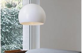 Globo er en loftslampe og pendel med et svirvel mønster på lampeskærmen.