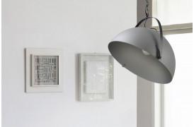 Industriel lampe i beton look med beslag ses her med en af Larino Bow Concrete lamperne.
