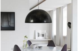 Her ses en af Larino Dappled Oil loftslamperne over et spisebord.