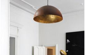 Et miks af af brune og gyldne farver ses i Larino Rust Gold Leaf - lampeserien.