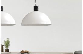 En af Larino White lampemodellerne ses her i en indretning.