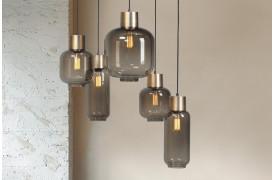 Lett Brass loftslampen består en af klynge af forskellige smukke glaslamper.