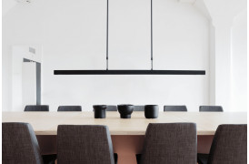 Det slanke og liniære design pryder Oak Black loftslampen og pendelen fra SMOKESTACK.