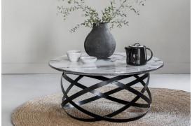 Dette moderne sofabord fra Smokestack skiller sig ud i rummet med sin unikke stil.