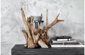 Rustik lysestage, der er er formet som træ i naturen.