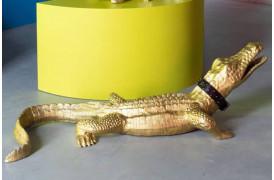 Her på billedet ses den helt store version af krokodille statuen fra Bold Monkey.