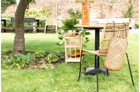 Her ses et billede af Jane Slim udendørsstol i natur fra vores Unika Collection.