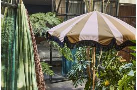 Smuk stribet strand-parasol i fine farver.