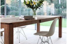Dette er et billede af Ethnicraft spisebordet Slice Teak med udtræk placeret i en bolig.