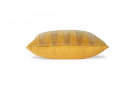 Her ses et billede af den stribede velourpude i okker og guld fra HKliving.