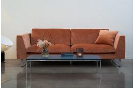 Sofaen findes i flere stoftyper og farver
