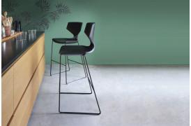 Tonons barstol med navnet Quo metal ses her i en boligindretning.