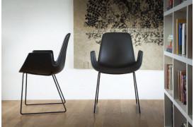 Armlæns-spisebordsstolen New Step metal sledge med Soft touch er en moderne stol.