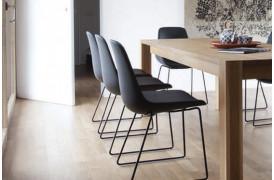 Tonons spisebordsstole med navnet Step metal sledge ses her ved et bord.