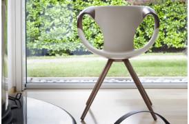 Tonon spisebordsstolen Up chair wood er kommet i en eksklusiv udgave med træ armlæn.