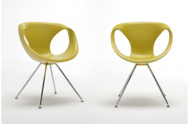 Billede viser to Tonon Up chair metal spisebordsstole med Medium Soft touch i Yellow.