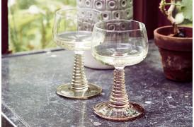 De fine Swirl vinglas findes i både grøn og nude