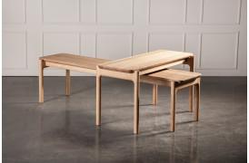 Ant sofabordet er et let og elegant møbel, inspireret af naturens overgange.