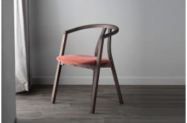 Med Metro spisebordsstolen ønskede man at lave en enkel, men komfortabel træstol.