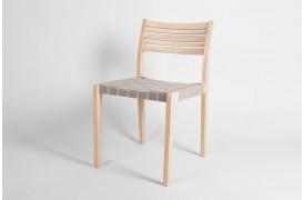Sammenspillet mellem form og funktion er i fokus på Minestrone spisebordsstolen.