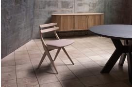 Saks spisebordsstolen er med et genkendelig design og smukke linjer.