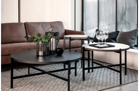 Urban Circle sofaborde står her placeret i en stue fra Wood by Kristensen.