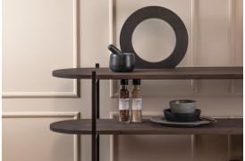 Velvet er her en reol med et rundt retro design fra Wood by Kristensen.