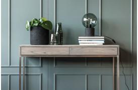 ZET-serien er fra Wood by Kristensen, og her er der vist et af konsolbordene fra møbelserien.