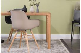 Billedet viser nogle Albert Kuip spisebordsstole med armlæn i forskellige farver.