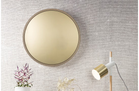 Bandit spejlet fra Zuiver ses her på en væg i farven Messing.